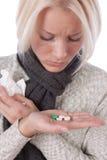 采取妇女年轻人的药片 免版税库存图片