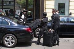 采取客人的行李服务生 免版税库存照片