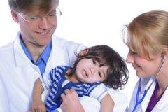 采取小孩的关心医生 图库摄影