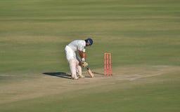 采取小腿干的板球运动员在蟋蟀比赛期间 库存照片