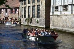 采取小船旅行的游人在布鲁日游览 免版税图库摄影