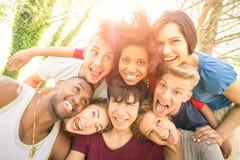 采取愉快的selfie的最好的朋友室外与后面照明设备 免版税库存图片