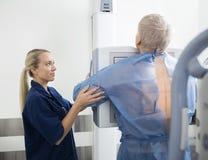 采取成熟患者的胸部X光女性放射学家 库存照片