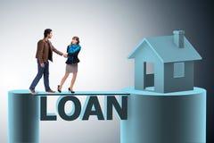 采取房子的家庭的概念抵押贷款 免版税图库摄影