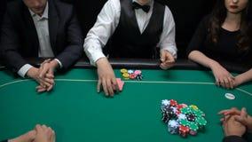 采取所有芯片,赌博娱乐场企业胜利的男性啤牌经销商,丢失组合 股票视频