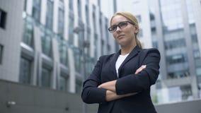 采取挑战的确信的企业夫人,有目的和聪明在达到目标 影视素材