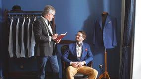 采取措施腿测量客户顾客的成熟专业裁缝 股票视频