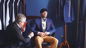采取措施腿测量客户顾客的成熟专业裁缝 影视素材
