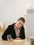 采取文字的女实业家合法的笔记本 免版税图库摄影