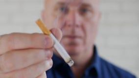 采取断裂烟的人和为朋友提供一根被点燃的香烟 股票视频