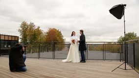 采取新婚佳偶的图片夫妇摄影师 股票录像