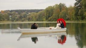 采取新婚佳偶的图片夫妇摄影师 股票视频