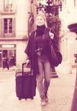 采取旅途的女孩 库存图片
