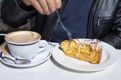 采取早餐的人 免版税图库摄影