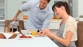 采取早餐的年轻可爱的夫妇 影视素材