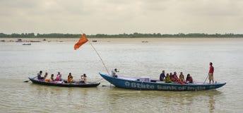 采取普遍的小船游览的印地安游人 免版税图库摄影