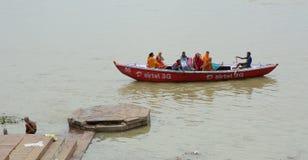 采取普遍的小船游览的印地安游人 库存照片