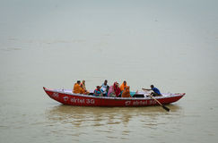 采取普遍的小船游览的印地安游人 库存图片