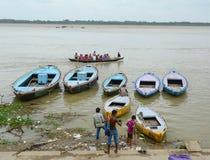 采取普遍的小船游览的印地安游人 免版税库存图片