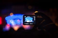采取有智能手机的录影在一个公开音乐会期间 免版税库存照片