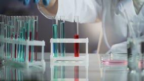 采取有物质的医学家一个烧瓶为他的研究需要 股票视频