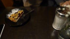 采取杯子从桌,咖啡因瘾,午饭时间的热奶咖啡的妇女 股票录像