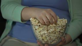 采取极少数甜玉米花和吃它,惯座生活方式的肥胖夫人 股票录像