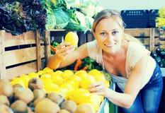 采取柠檬的顾客 免版税库存图片