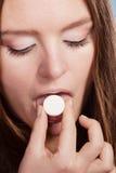 采取止痛药药片片剂的妇女 胳膊关心健康查出滞后 免版税库存照片