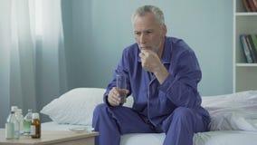 采取每日维生素复合体的老人维护泌尿生殖器的系统 股票视频