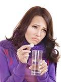 采取水的女孩玻璃藏品药片 库存图片