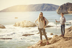 采取沿美丽的海岸的家庭下午高涨 免版税图库摄影