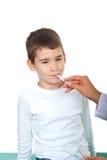 采取温度的儿童医生 免版税库存照片