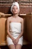 采取温泉治疗的妇女 库存照片