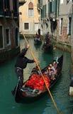 采取游人威尼斯的运河平底船的船夫 库存图片