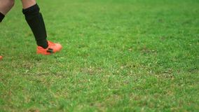 采取点球的年轻足球运动员特写镜头  股票录像