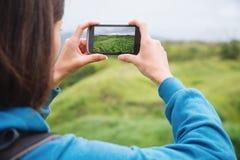 采取照片夏天风景的远足者妇女 免版税库存照片