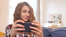 采取照片微笑的美丽的少妇 影视素材