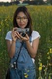 采取照片的女孩 图库摄影