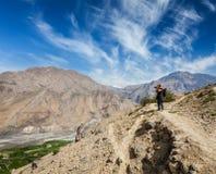 采取照片的摄影师在喜马拉雅山 库存照片