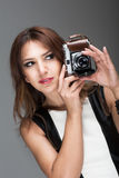 采取照片的深色的妇女 免版税图库摄影