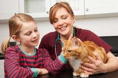 采取猫的女孩对狩医将被审查 免版税库存照片