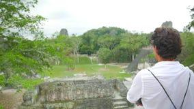 采取玛雅寺庙的射击人 股票录像