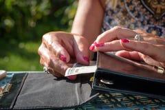 采取现金的妇女在钱包外面 图库摄影