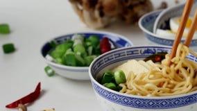 采取由从亚洲人的竹筷子面条 股票视频