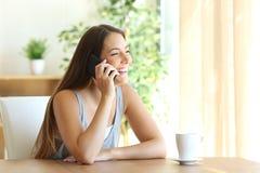 采取电话交谈的滑稽的女孩 免版税库存照片