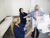 采取男性患者的X-射线放射学家在医院 库存图片