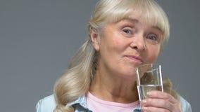采取白色药片用水,医疗保健,维生素补充的愉快的祖母 股票视频