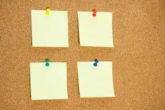 采取的笔记一些个空白的黄色贴纸关于黄柏上特写镜头 免版税库存图片