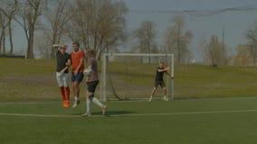 采取直接任意球的足球运动员在比赛期间 股票录像
